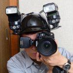 Fotógrafo usa capacete como suporte para usar flash fora da câmera