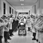 Fotógrafo de Manaus ganha concurso nacional de fotografia com imagem de idosa sendo aplaudida por profissionais da saúde após se recuperar da Covid-19