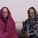 Fotógrafa registra tristeza e solidão de avós em isolamento social
