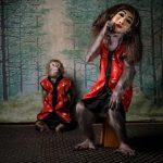 Imagem de macaco tirando máscara de figura humana vence concurso europeu de fotografia de vida selvagem do ano